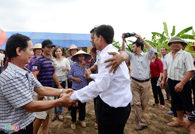 Làng xóm tại xã Vinh Quang ai nấy đều mừng rỡ khi thấy ông vẫn khỏe mạnh như xưa. Trước đó, họ đã bắc rạp tại mảnh vườn ngay chân đê chuẩn bị tiệc chiêu đãi.