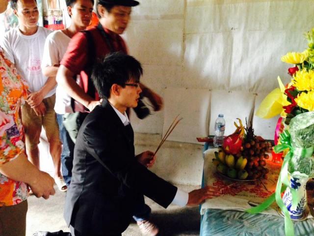 Paulus Lê Sơn quỳ xuống trước bàn thờ và di ảnh người mẹ kính yêu