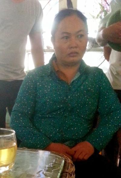 Chị Phùng Thị Tâm - vợ anh Trường thẫn thờ trước cái chết bất ngờ của chồng