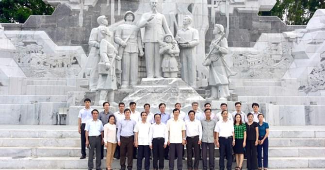 """Các lãnh đạo tỉnh Tuyên Quang và Tỉnh ủy Sơn La bên Tượng đài """"Bác Hồ với nhân dân các dân tộc tỉnh Tuyên Quang"""" ngày 22/7/2015 (ảnh: Báo Tuyên Quang)"""