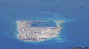 Tàu nạo vét của Trung Quốc trong vùng biển quanh bãi đá Chữ Thập, thuộc quần đảo Trường Sa ở Biển Đông
