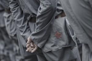 Photo - Peter Parks/AFP/Getty Images: Du khác mặc quân phục Hồng quân Trung Quốc tham quan căn cứ du kích cũ của Mao Trạch Đông tại Tỉnh Cương Sơn, Trung Quốc vào 21 tháng 9 năm 2012