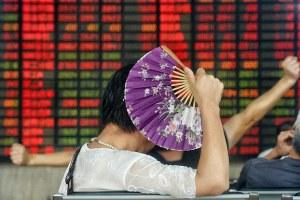 Một nhà đầu tư theo dõi giá cổ phiếu tại một trung tâm chứng khoán tại Thượng Hải vào ngày 26 tháng 8, 2015. cổ phiếu Thượng Hải đóng cửa giảm 1,27 phần trăm trong phiên giao dịch đầy biến động ngày 26 tháng tám, 2015