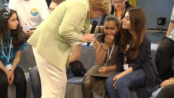 Nữ sinh người Palestine Reem bật khóc khi nói chuyện với Thủ tướng Angela Merkel về cảnh khổ của gia đình em và của những người tị nạn trên đất Đức.