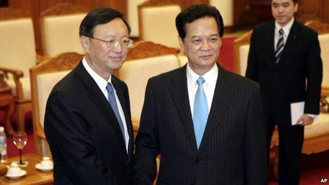Ủy viên Quốc vụ viện Trung Quốc Dương Khiết Trì và Thủ tướng Việt Nam Nguyễn Tấn Dũng trong cuộc gặp hồi giữa năm ngoái, khi căng thẳng trong quan hệ Việt - Trung dâng cao vì giàn khoan dầu 981. Ảnh: AP