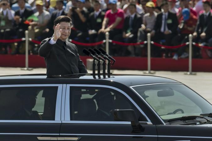 Đương kim Chủ tịch Tập Cận Bình đứng lên vẫy tay chào khán giả tại Thiên An Môn và Tử Cấm Thành trong lễ duyệt binh ngày 3 tháng 9 năm 2015. Điều ngạc nhiên là người ta quan sát thấy cựu Chủ tịch Giang Trạch Dân cũng xuất hiện bên cạnh ông Tập trong dịp lễ này (Kevin Frayer/Getty Images)