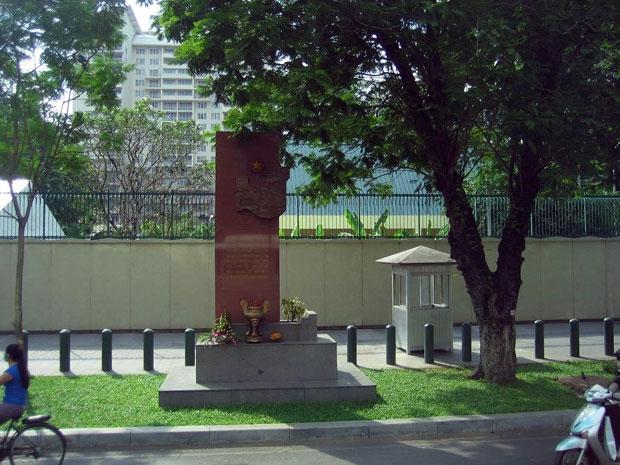 Bia căm thù trước tổng Lãnh Sự Quán Mỹ tại Sài Gòn. Photo: RFA