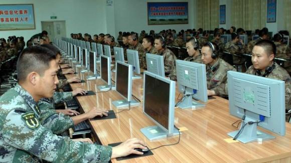 hững người lính thuộc Quân đoàn Pháo binh II thuộc Quân đổi Giải phóng Nhân dân đang thực hành trên máy tính tại một địa điểm không được tiết lộ. Chế độ Trung Cộng sử dụng các tin tặc trong quân đội để nuôi nền kinh tế (mil.huanqiu.com)