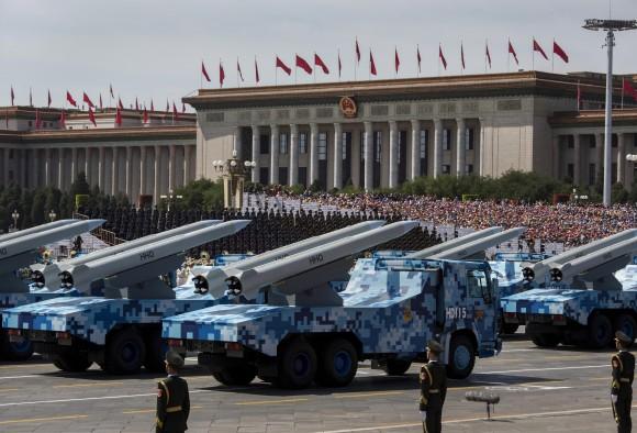 Tên lửa của Trung Quốc được đặt trên các xe tải trong cuộc diễu binh ngày 3 tháng 9 năm 2015 (Kevin Frayer/Getty Images)