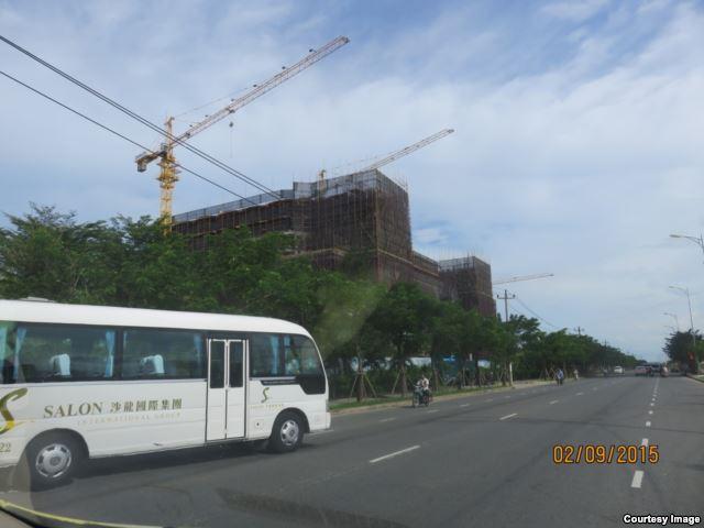 """Hai bên con đường mang tên Võ Nguyên Giáp, ngay trước mặt sân bay Nước Mặn, đang dần trở thành một """"đặc khu Trung Quốc"""" Hai bên con đường mang tên Võ Nguyên Giáp, ngay trước mặt sân bay Nước Mặn, đang dần trở thành một """"đặc khu Trung Quốc"""""""