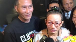Cộng đồng người Việt trong đó có blogger Điếu Cày ra đón blogger Tạ Phong Tần tại phi trường Los Angeles.