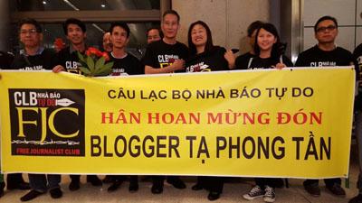 TNS Janet Nguyễn, blogger Điếu Cày, Câu Lạc Bộ Nhà Báo Tự Do, cùng nhiều đồng hương Việt Nam chờ đón bà Tạ Phong Tần. (Hình: Hà Giang/Người Việt)