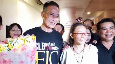Blogger Điếu Cày và các đồng hương mừng đón bà Tạ Phong Tần.