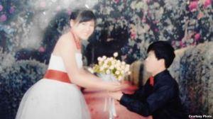Ảnh cưới của Lý Thị Minh lúc 14 tuổi, và ông Pay Long Phe, một thợ hồ Trung Quốc. Ảnh cưới của Lý Thị Minh lúc 14 tuổi, và ông Pay Long Phe, một thợ hồ Trung Quốc.