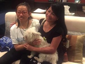 Blogger Tạ Phong Tần (trái) buổi tối đầu tiên ở Mỹ, bên cạnh bạn bè thân hữu. (Hình: Trần Phong/CLBNBTD)