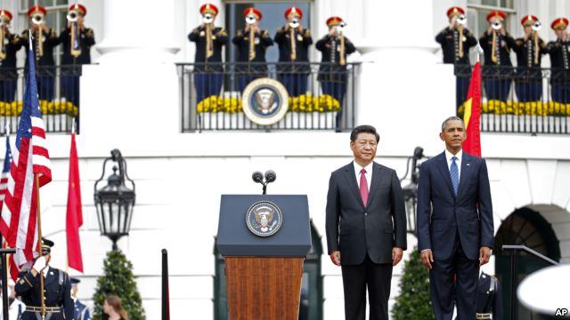 Tổng thống Mỹ Barack Obama (phải) và Chủ tịch TQ Tập Cận Bình chào cờ trong buổi tiếp đón ông Tập đến Mỹ ngày 25/9/2015