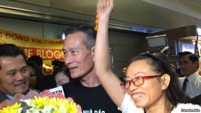 Cộng đồng người Việt trong đó có blogger Điếu Cày ra đón blogger Tạ Phong Tần tại sân bay Los Angeles. Bị chính quyền hết sức căm ghét, nhưng Tạ Phong Tần lại được Bộ Ngoại giao Hoa Kỳ vinh danh là một trong những phụ nữ kiệt xuất và dũng cảm nhất trên thế giới.