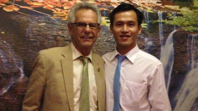 Dân biểu Lowenthal thăm Việt Nam trong năm nay và gặp một số nhà đấu tranh dân chủ trong đó có cựu tù chính trị Nguyễn Tiến Trung.