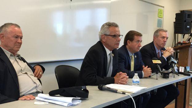 Dân Biểu Alan Lowenthal (thứ hai từ trái sang) cùng các dân biểu khác và Đại sứ Mỹ tại Việt Nam gặp mặt cộng đồng người Việt tại California hồi hè năm nay. Nguồn ảnh: BBC World Service