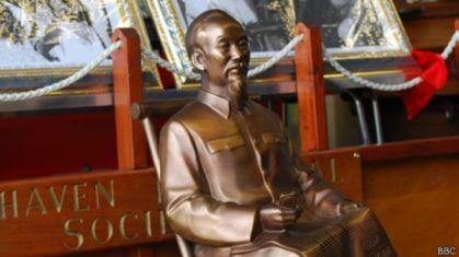 Đại sứ quán Việt Nam đã tặng bảo tàng thị trấn một bức tượng Chủ tịch Hồ Chí Minh