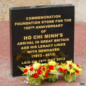Một tấm bảng kỷ niệm đã được gắn tại Newhaven hồi 2013