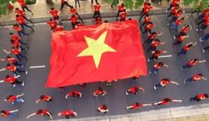 """Sinh viên tại TP.HCM đồng diễn và xếp thành hình hai chữ """"Việt Nam"""" để chào mừng 70 năm Quốc khánh 2.9. Ảnh: Zing"""