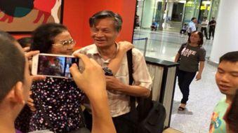 Nhà quan sát và hoạt động xã hội Nguyễn Quang A sau khi bị câu lưu 15 tiếng đồng hồ tại sân bay Nội Bài, Hà Nội hôm 01/9/2015.
