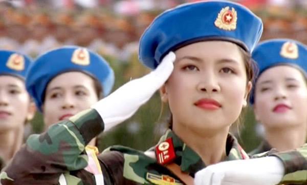 Em: Sơn Quỳnh. Em: Thiếu úy. Em: Xinh. Kẻ nào đã đeo lon trung tá lên cầu vai em vậy?