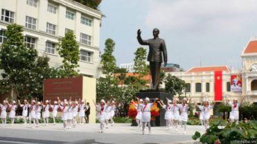 Tượng chủ tịch Hồ Chí Minh trước Ủy Ban Nhân Dân TP Hồ Chí Minh. Nguồn ảnh: chinhphu.vn