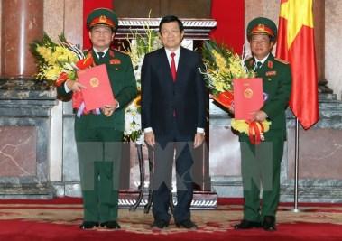 Chủ tịch nước Trương Tấn Sang chụp ảnh chung với hai Đại tướng Ngô Xuân Lịch và Đỗ Bá Tỵ tại lễ trao quyết định thăng quân hàm Đại tướng. (Ảnh: Nguyễn Khang/TTXVN)