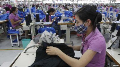 Công nhân làm việc trong xưởng may ở ngoại ô Hà Nội, ngày 19/10/2015