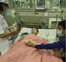 Ảnh Đỗ Đăng Dư tại bệnh viện Bạch Mai Hà Nội, trong lúc ngoài cửa có công an đi kèm