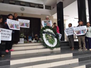 Nhiều người dân đến trước đám tang để phản đối việc công an đánh chết em Dư