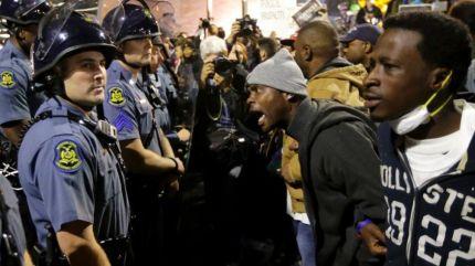 Ảnh minh họa: Cảnh sát Missouri bị người biểu tình quát. Nguồn: Fox News