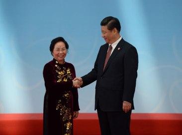Phó Chủ tịch Việt Nam Nguyễn Thị Doan (trái) và Chủ tịch Trung Quốc Tập Cận Bình tại Thượng Hải vào ngày 21 tháng 5 năm 2014 (hình ảnh minh họa). AFP PHOTO / Mark Ralston