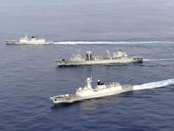 """Đàm phán giữa ASEAN và Trung Quốc về COC bế tắc. Các chiến hạm của Trung Quốc vẫn ngang dọc trên Biển Đông như đang đi lại trong """"ao nhà."""" (Hình: Tân Hoa Xã)"""