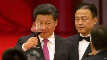 Ông Tập Cận Bình nâng ly trong buổi tiếp tân tại Đại Sảnh đường Nhân dân vào đêm trước lễ Quốc khánh 1/10 ở Bắc Kinh.