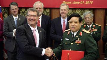 Bộ trưởng Quốc phòng Việt Nam Phùng Quang Thanh (phải) bắt tay Bộ trưởng Quốc phòng Mỹ Ash Carter trong cuộc gặp tại Hà Nội ngày 1/6/2015.