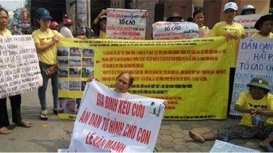 Mẹ của tử tù Lê Văn Mạnh cùng những người dân kêu oan cho con. Nguồn ảnh: Mạng xã hội.