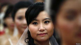 Trong những năm gần đây, hàng ngàn cô dâu được đưa vào Trung Quốc mỗi năm từ các nước láng giềng, như Thái Lan, Campuchia, Lào, Việt Nam, Miến Điện và Bắc Triều Tiên để thỏa mãn nhu cầu của những nông dân ế vợ. Ảnh: Reuters