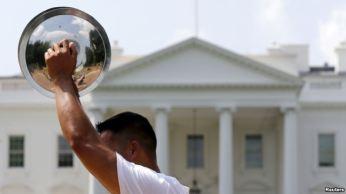 Người biểu tình bên ngoài Tòa Bạch Ốc khi Tổng thống Obama tiếp Tổng Bí thư đảng CSVN Nguyễn Phú Trọng, ngày 7/7/2015. Nguồn: Reuters