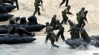 Lực lượng Tự vệ Hàng hải Nhật (JSDF) trong một buổi diễn tập quân sự. Ảnh: Reuters