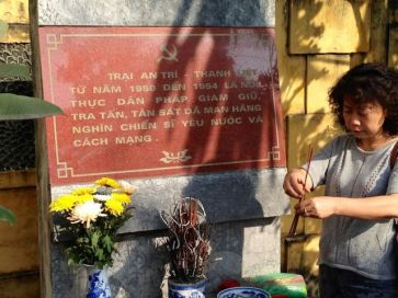 Bà Lê Thị Minh Hà, vợ ông Nguyễn Hữu Vinh thắp hương tưởng niệm những người yêu nước đã chết trong trại An Trí (Thanh Trì), nay là Trại giam B14, nơi giam giữ chồng bà.