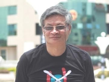 Tiến Sỹ Nguyễn Quang A truớc tòa thị chính Thị trấn Đông Hưng, Trung Quốc, mùa hè 2011