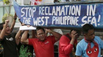 Người biểu tình Philippines mang biểu ngữ đứng trước tòa đại sứ Trung Quốc ở Manila để phản đối các hoạt động xây dựng của Bắc Kinh ở Biển Đông.