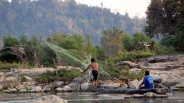 Ngư dân đánh bắt cá gần đập Don Sahong. (Luke Hunt - VOA).