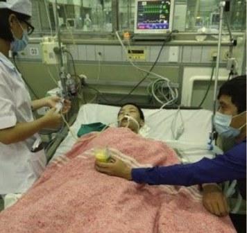 Em Đỗ Đăng Dư lúc đang cấp cứu tại bệnh viện Bạch Mai. Citizen photo
