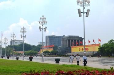 Tòa nhà số 8B Lê Trực so với lăng bác. Ảnh: Nguyễn Hưởng - Báo NLĐ