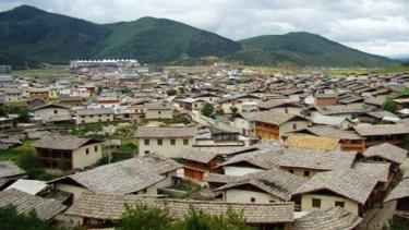 Một ngôi làng Tây Tạng ở Shangri-La, khu tự trị Tây Tạng.