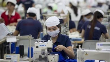 Công nhân tại một công ty may mặc ở Việt Nam